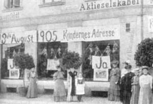 """Kvinnebevegelsen. """"Da mændene gik til folkeafstemning om opløsning af unionen i 1905, arrangerede kvinderne deres egen afstemning."""" (http://www.leksikon.org/art.php?n=1506)"""