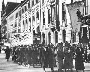 """Kvinnebevegelsen. """"Første maj i Oslo 1932. Rengøringskvinderne deltager med egen fane. (Arbejderbevægelsens Arkiv)"""" (http://www.leksikon.org/art.php?n=1506)"""