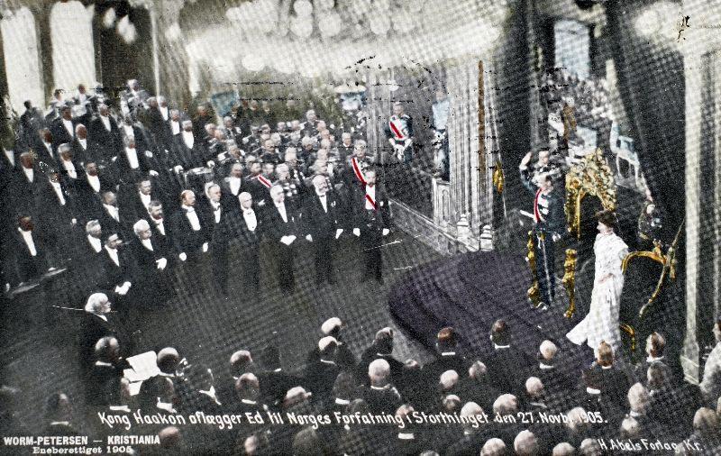 """""""Kong Haakon avlegg eid til Grunnlova. Stortinget 27. november 1905. Dronning Maud er med."""" (http://www.sffarkiv.no/1905/Allmenne_artiklar_1905/1905Den_nye_kongen.htm)"""