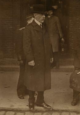 """""""Fridtjof Nansen på reise. Han står antagelig ved en jernbanestasjon i forbindelse med sine reiser til og fra Folkeforbundets hovedkontor i Genéve."""" Kilde: Nasjonalbiblioteket (http://nabo.nb.no/trip?_t=0&_b=NANSEN&_r=2510&_n=0&_q=10&_l=www_l)"""