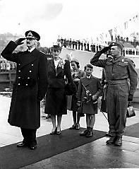 Kong Haakon 7, 2. Oslo 7. juni 1945. En jublende folkemasse på Honnørbryggen ønsket kongefamilien velkommen tilbake til Norge 7. juni 1945. F.v. kong Haakon, kronprinsesse Märtha, prinsessene Ranghild og Astrid, prins Harald og kronprins Olav. (FOTO: SCANPIX. (kilde: http://www.aftenposten.no/fakta/tusenarsskiftet/article565854.ece?service=print))